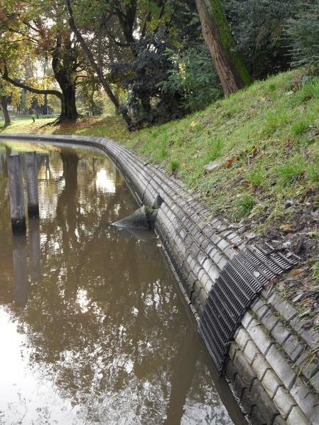 betonnen rand bij Wittevrouwenbrug westzijde